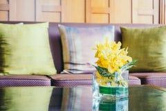 Цветок вазы на таблице с подушкой на софе Стоковое фото RF