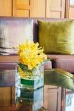Цветок вазы на таблице с подушкой на софе Стоковые Изображения RF