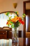 Цветок вазы на украшении таблицы в винтажном гостиничном номере Стоковое Изображение