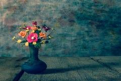 Цветок вазы с деревянной платформой, светлым винтажным proce фильтра тона Стоковое Изображение