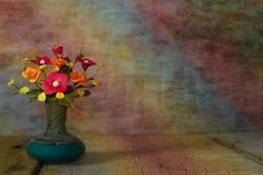 Цветок вазы с деревянной платформой, светлым винтажным proce фильтра тона Стоковое Изображение RF