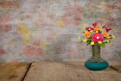 Цветок вазы с деревянной платформой Стоковые Изображения RF