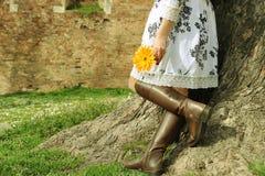 цветок вручает ее женщину удерживания Стоковое Изображение