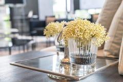 цветок в вазе в живущей комнате Стоковые Фото