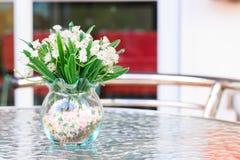 Цветок в вазе на таблице Стоковое Изображение RF