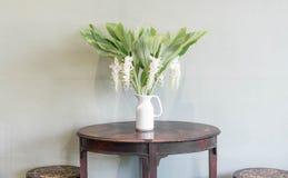 цветок в украшении вазы на таблице Стоковое фото RF
