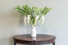 цветок в украшении вазы на таблице Стоковые Изображения RF