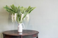 цветок в украшении вазы на таблице Стоковые Изображения
