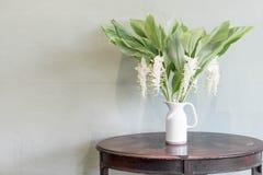 цветок в украшении вазы на таблице Стоковое Изображение
