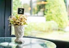 цветок в украшении вазы на таблице Стоковое Изображение RF