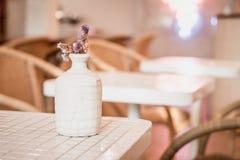 цветок в украшении вазы на таблице Стоковая Фотография RF