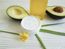 Цветок желтого цвета авокадового масла Cream косметической заботы продукта здоровый на белое деревянном Стоковое Изображение