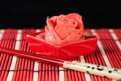 Цветок имбиря поднял на темную предпосылку стоковые фото