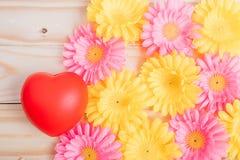 Цветок и красное сердце стоковые фотографии rf