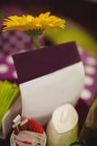 Цветок и поздравительные открытки на сервировке стола Стоковое Изображение