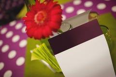 Цветок и поздравительные открытки на сервировке стола Стоковые Изображения RF