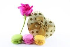Цветок и присутствующий подарок на предпосылке изолята Стоковые Изображения