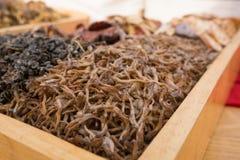 Цветок каприфолия высушенный на деревянных подносах Стоковое Изображение