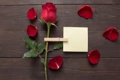 Цветок красной розы на деревянной предпосылке с липким примечанием Стоковые Фотографии RF