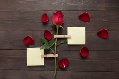 Цветок красной розы на деревянной предпосылке с липким примечанием Стоковое Изображение