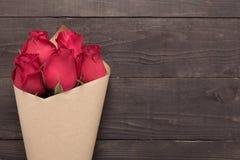 Цветок красных роз на деревянной предпосылке Стоковые Изображения RF