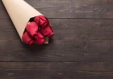 Цветок красных роз на деревянной предпосылке Стоковые Фото