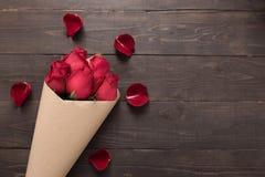 Цветок красных роз на деревянной предпосылке Стоковое Фото