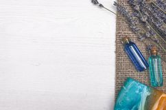 Цветок лаванды, твердое мыло и голубое эфирное масло Аксессуары ванны Курорт Терапия ароматности стоковые изображения rf