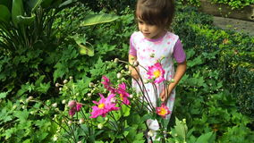 Цветок маленькой девочки пахнуть в саде видеоматериал