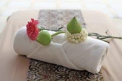 Цветок на белом полотенце ванны Стоковое Фото