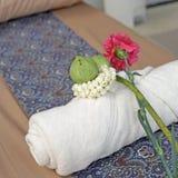 Цветок на белом полотенце ванны Стоковое Изображение RF