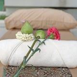 Цветок на белом полотенце ванны Стоковые Изображения RF