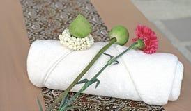 Цветок на белом полотенце ванны Стоковая Фотография RF