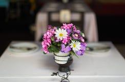 Цветок на комплекте таблицы Стоковое Фото