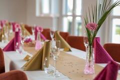 Цветок на праздничной сервировке стола Стоковые Фотографии RF