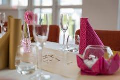 Цветок на праздничной сервировке стола Стоковые Изображения RF