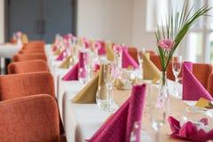 Цветок на праздничной сервировке стола Стоковое Изображение