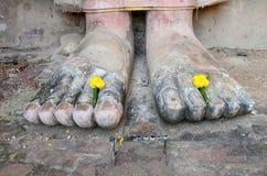 Цветок пешком старой большой статуи Будды Стоковое Фото
