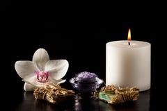 Цветок, свеча и продукты орхидеи для процедур по курорта на черном b Стоковые Фотографии RF