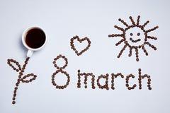 Цветок, солнце, сердце и надпись сделанные из кофейных зерен стоковые фото