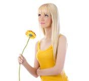 Цветок удерживания женщины и смотреть вверх Стоковые Фотографии RF