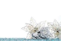 Цветок украшения рождества на снеге, изолированном на белизне Стоковые Фотографии RF