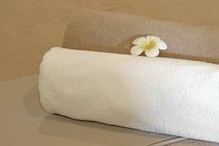 Цветок Frangipani на towe ванны Стоковые Изображения RF