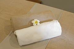 Цветок Frangipani на towe ванны Стоковое фото RF