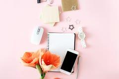 Цветок pi места для работы плоского стола таблицы офиса взгляд сверху положения женственный Стоковое Изображение RF