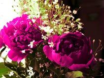Цветочная композиция в вазе на таблице Стоковые Изображения