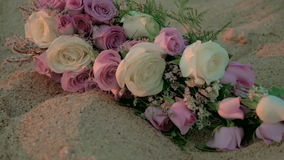 Цветочная композиция свадьбы на пляже ручная видеоматериал