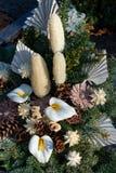 Цветочная композиция с ветвями ели и цветками конуса и белых Стоковая Фотография RF