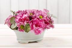 Цветочная композиция с цветок подняла, гвоздики и хризантемы Стоковые Фотографии RF