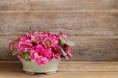 Цветочная композиция с цветок подняла, гвоздики и хризантемы Стоковые Изображения